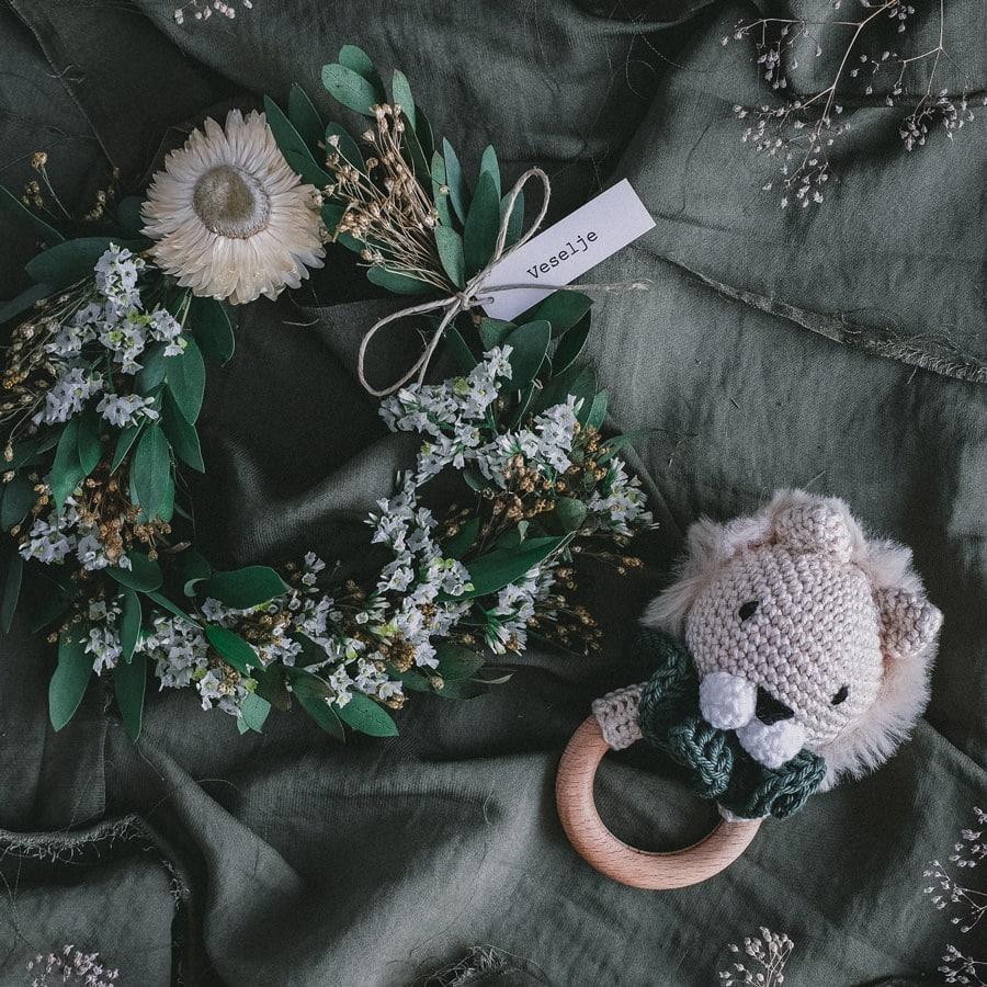 darilo-za-novorojencka-ropotulja-levcek